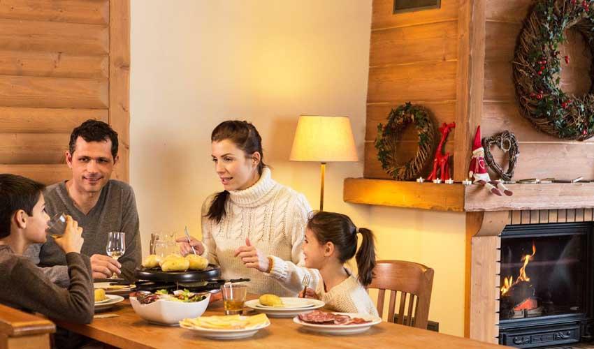 Repas familial dans un chalet Pierre & Vacances