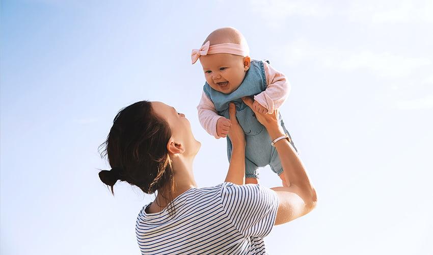 Maman avec bébé en vacances