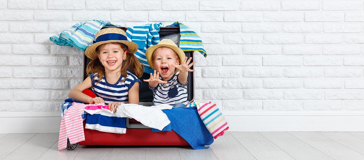 Préparation des valises pour des vacances en famille
