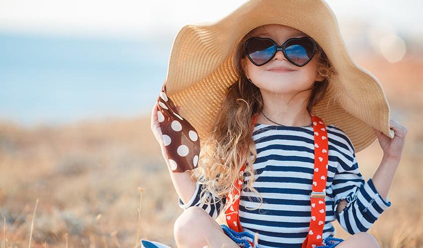 Chapeau, lunettes et crème solaire : le trio gagnant pour protéger sa peau en été