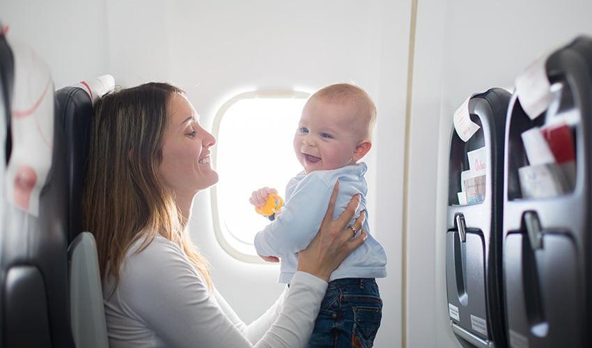Prendre l'avion avec bébé : nos astuces