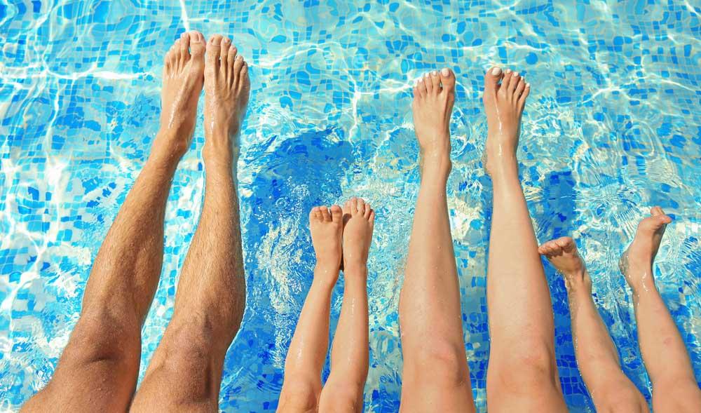 Sardaigne, Italie, famille au bord de la piscine en club vacances