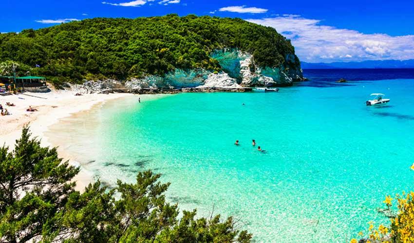 Crique turquoise dans une île grecques avec Héliades