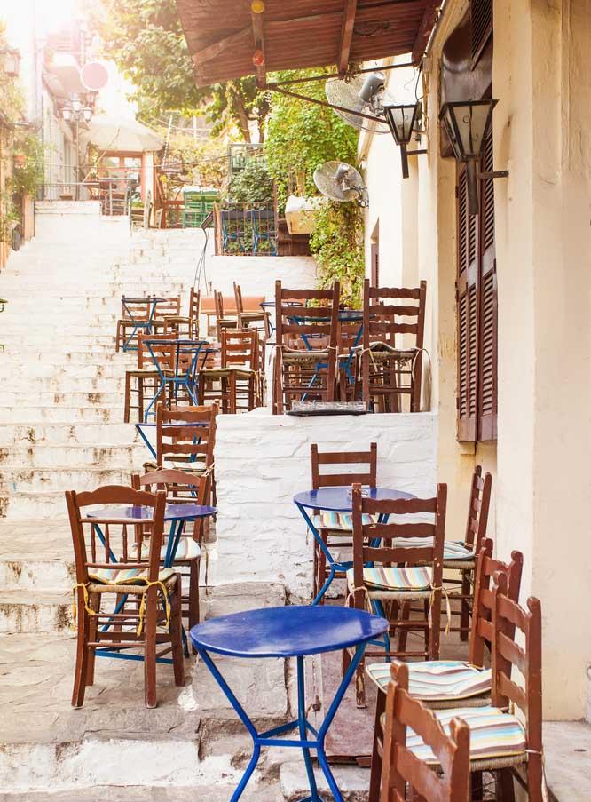 Rue avec des café à Athènes, Grèce