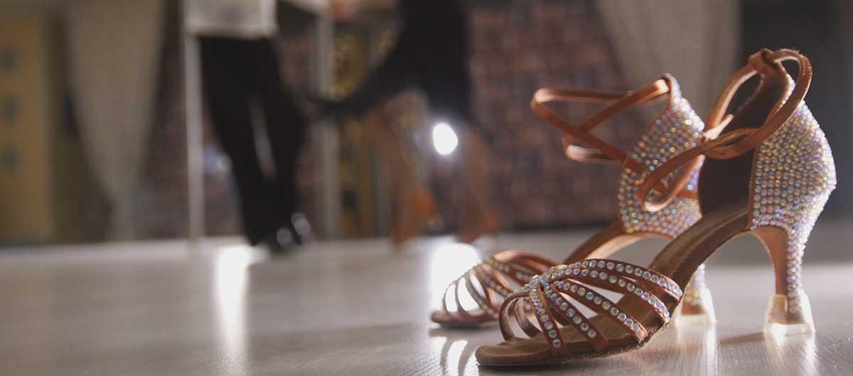 vacanciel et danse image principale chaussures et danseurs second plan