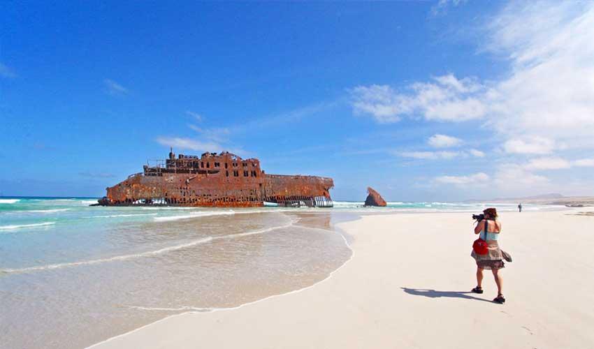 cap vert pas manquer cabo santa maria epave navire fille qui photographie la plage