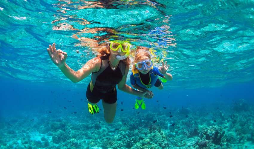 cuba snorkeling masques et tubas mere et fils dans l'eau