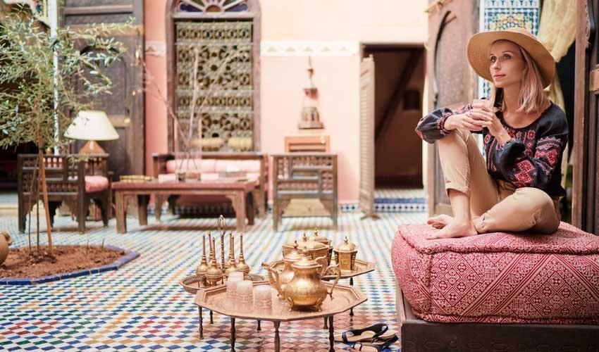 expedia agence les avis femme assise dans un cafe d'un hotel au maroc