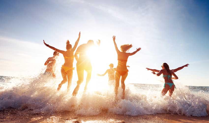 expedia agence application mobile amis qui sautent dans la mer joyeux