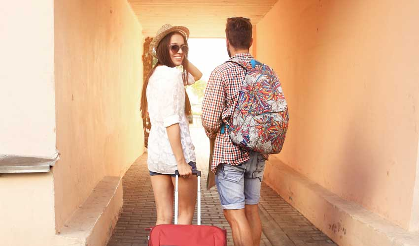 expedia agence application mobile couple en vacances hotel avec valise