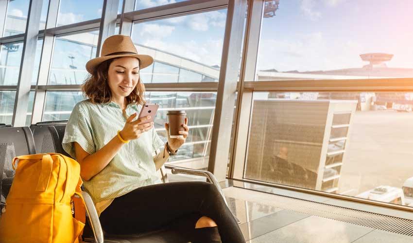 expedia agence femme sur portable aeroport