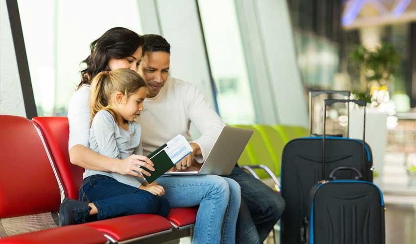 expedia agence les avis famille qui reserve sur ordi son voyage à l'aeroport