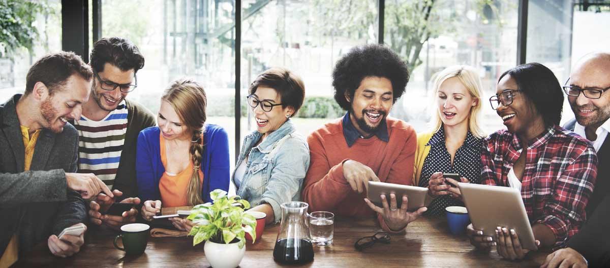 expedia agence les avis personnes discussion autour d'une table avec tablettes numeriques