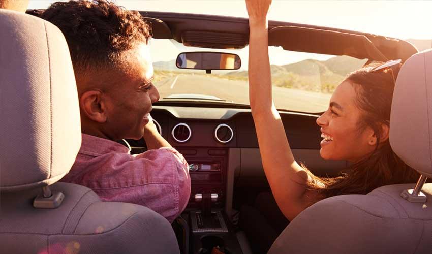expedia agence location de voiture jeune couple en train de conduire au soleil