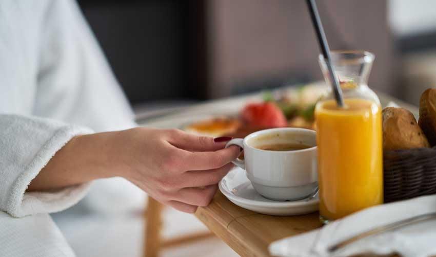 expedia agence vols et hotels formule petit dejeuner femme en chambre
