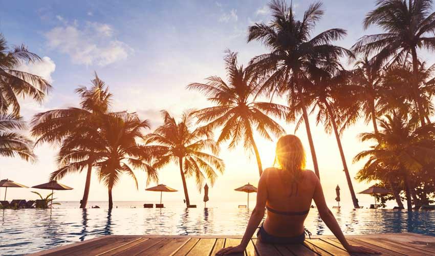 expedia agence vols et hotels coucher de soleil femme au bord de la piscine