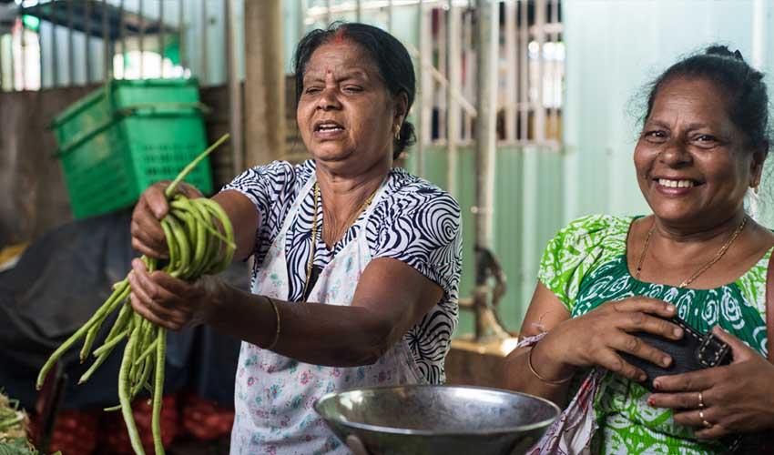 ile maurice pas cher manger local deux femmes en train de cuisiner