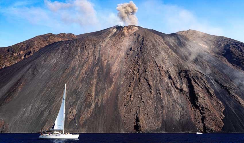 italie pas manquer stromboli volcan et bateau en contrebas