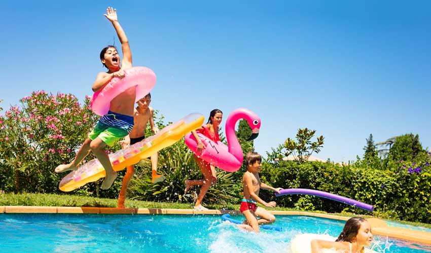 Pierre & vacances piscines avec enfants qui sautent Piscines ouvertes