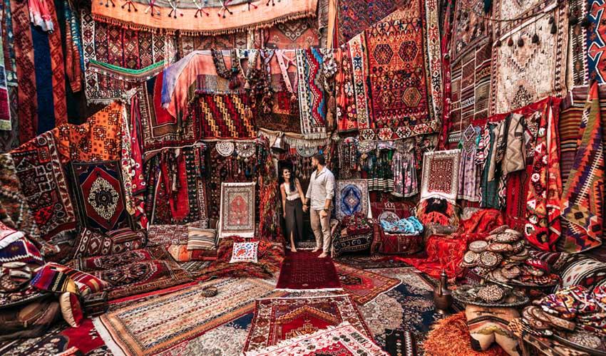 turquie pas cher souvenirs achats marche boutiques souk tapis couple
