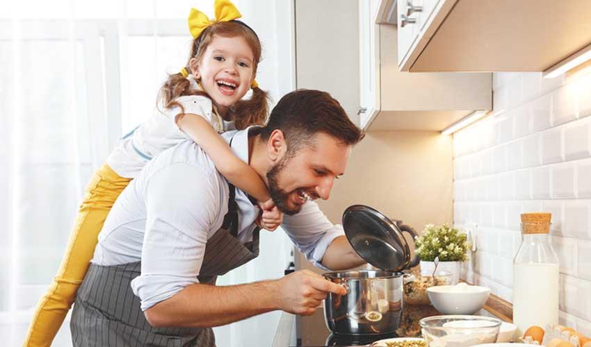 Miléade Les avis Cuisine equipee papa et sa fille en train de cuisiner