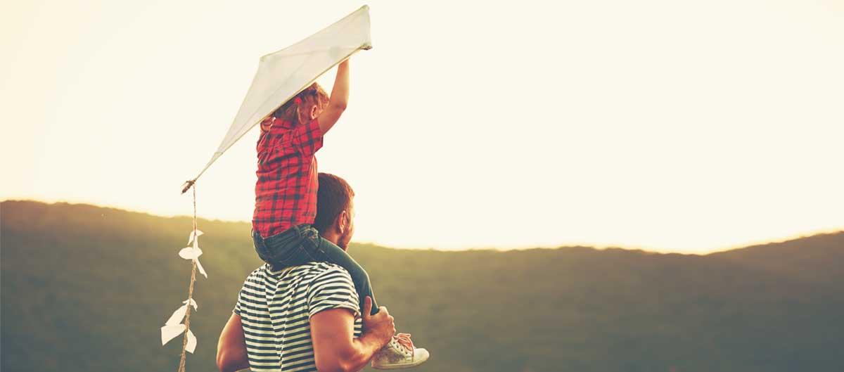 Vacanciel vacances d'ete en famille image principale cerf volant fille sur epaules de son pere