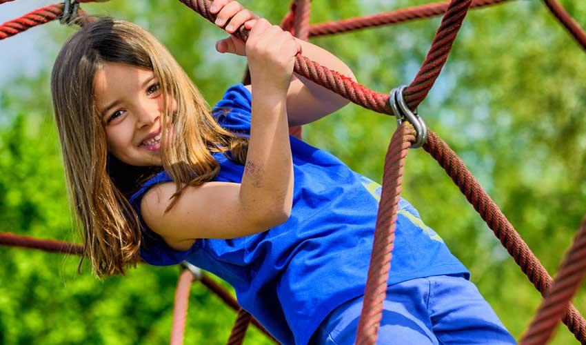 vacanciel vacances dete en famille club enfant fille qui escalade une araignee jeux enfants