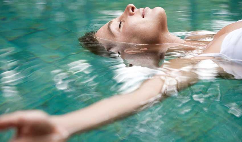 vacanciel vacances sport et zen femme dans la piscine detente