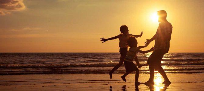 vvf villages coucher de soleil famille en bord de mer image principale