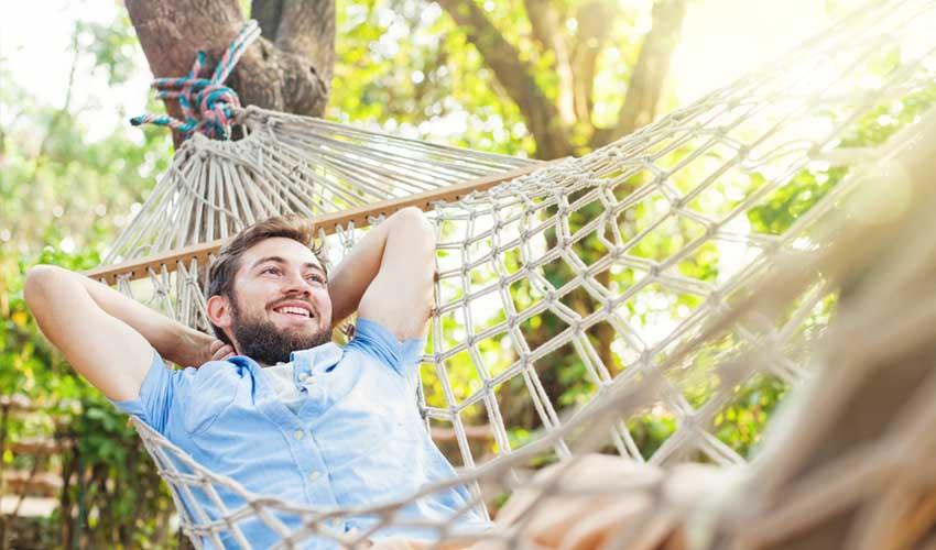 vvf villages vacances homme dans transat content nature