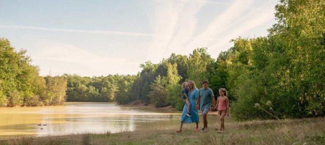 center parcs presentation generale famille qui se promene dans le parc en foret