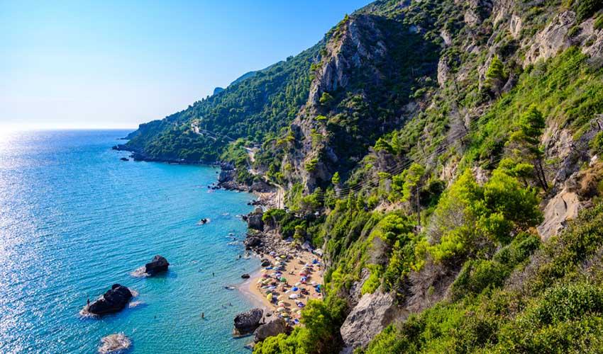 La plage de Mirtiotissa, Corfou, Grèce