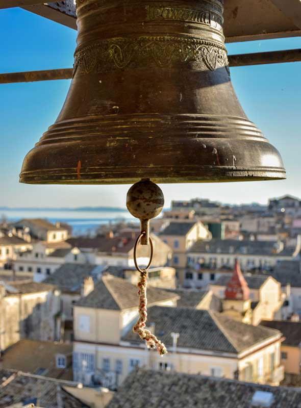 Cloche et vue sur la ville de Corfou, Corfou, Grèce