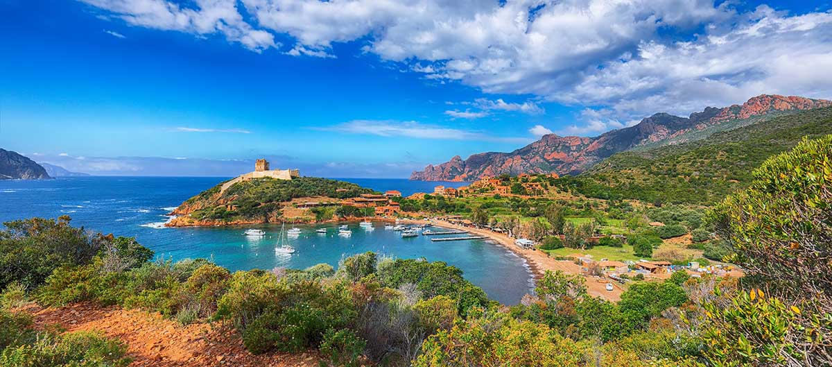 Le village de Girolata, réserve de Scandola, Corse, France