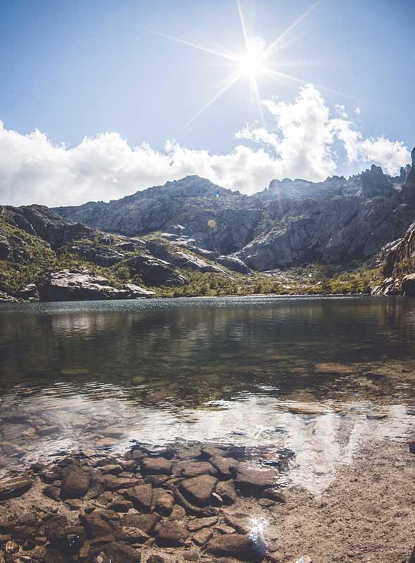 Lac dans la vallée de la Restonica en Corse
