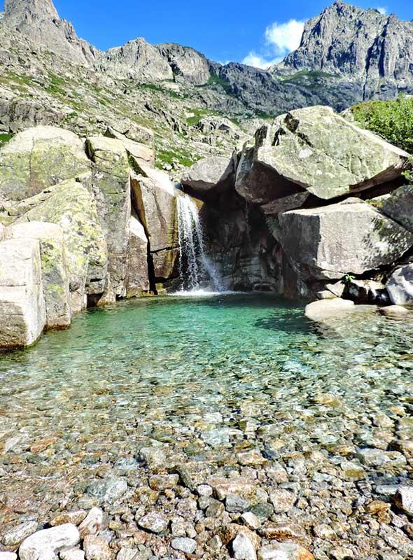 Piscine naturelle dans la vallée de la Restonica en Corse