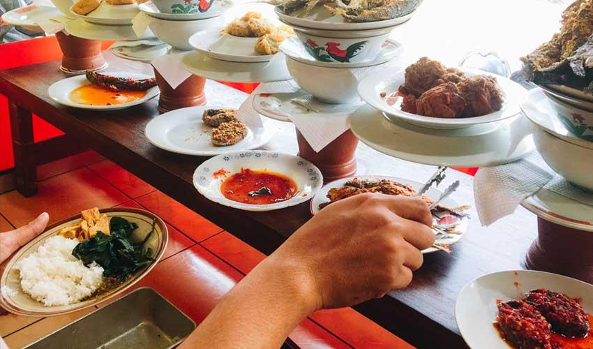 indonesie pas cher manger dans un warung plat typique peu onereux