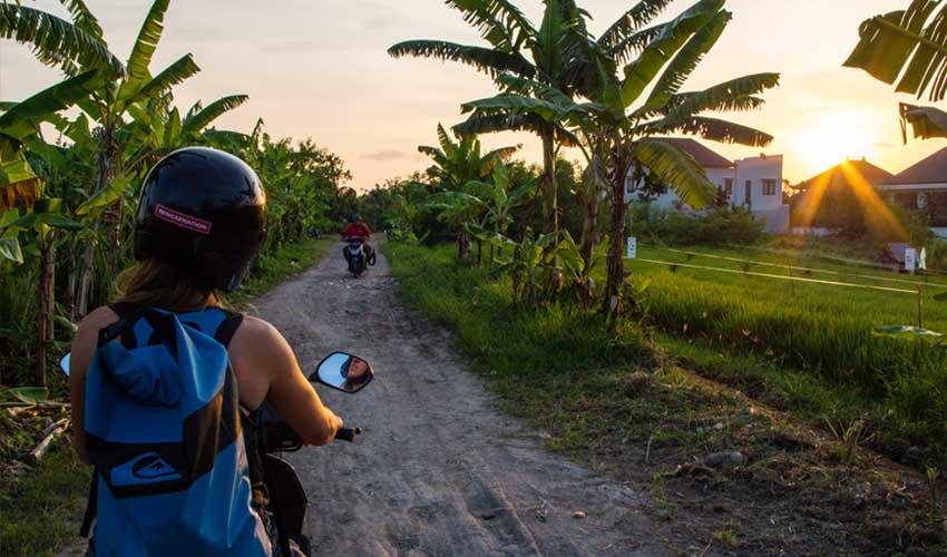 indonesie location scooter fille coucher soleil bali pas cher