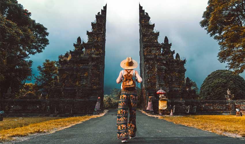indonesie pas cher visite des temples gratuit fille devant entree