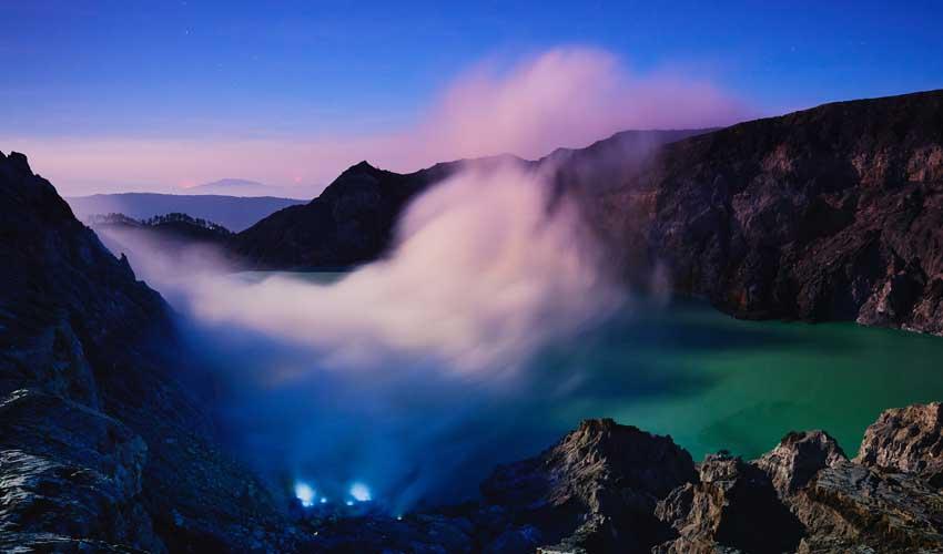 indonesie pas manquer lever du soleil sur le volcan Kawah Ijen avec lumieres bleues dues au souffre