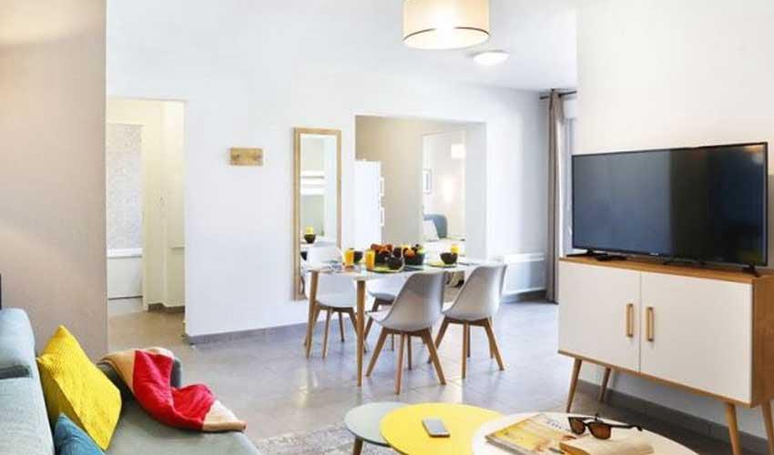 nemea residence port leucate salon avec canape et tv confort