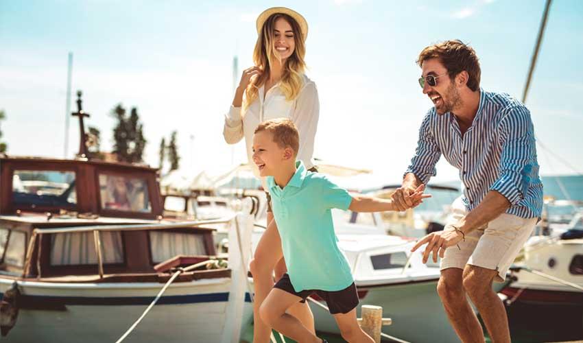 nemea residence famille en balade dans un port vacances