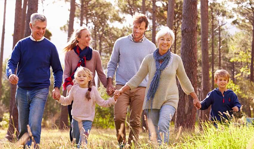 nemea residence les services senior forfait famille avec grand parents qui se promenent en foret