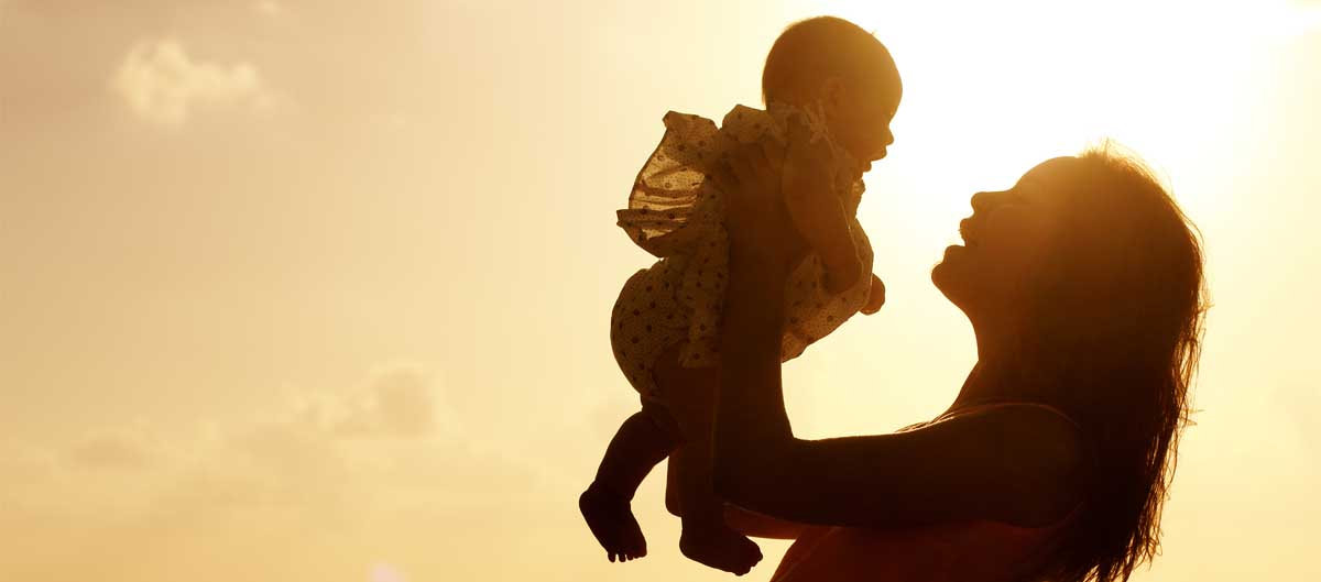 vvf villages vacances avec bebe tout compris maman et son bebe a la mer coucher de soleil