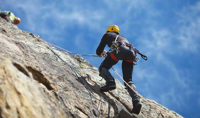 vvf villages vacances sportives club intense escalade homme sur mur