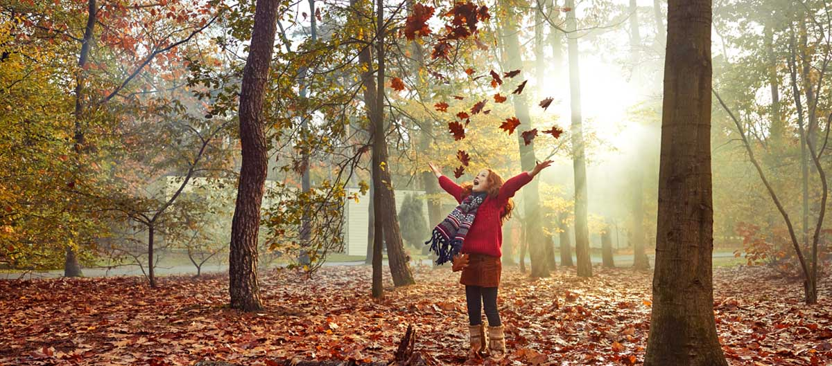 center parcs vacances toussaint à l'automne fille qui joue dans les feuilles