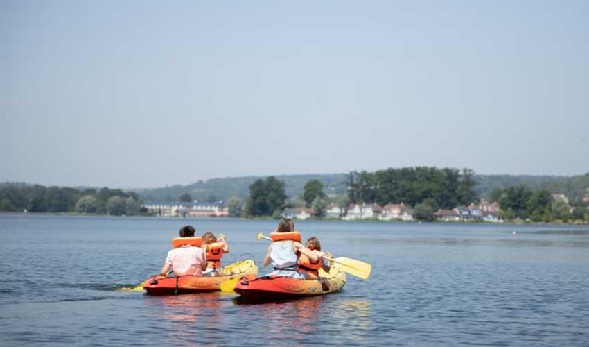 center parcs detente et sport lac dailette canoe sur lac d'une famille