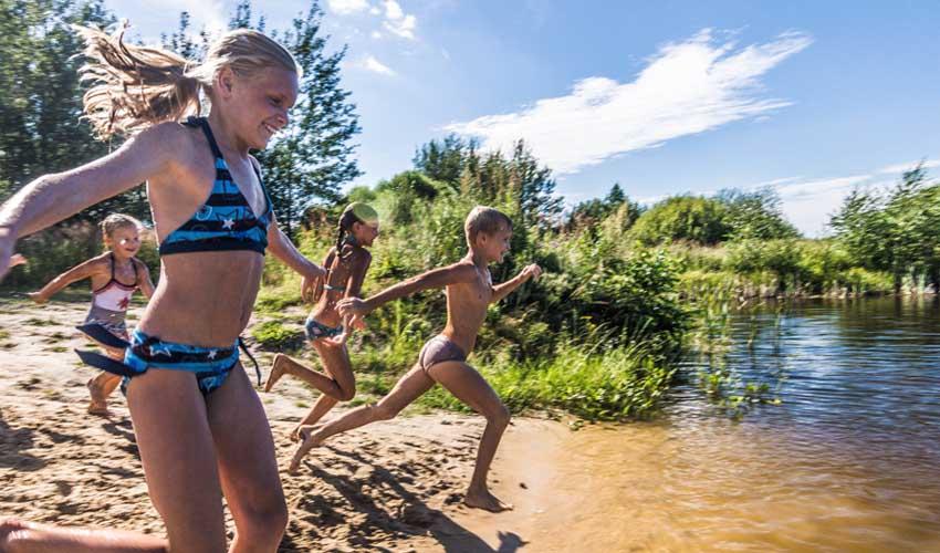 huttopia les avis se ressourcer enfants qui s'amusent dans un lac