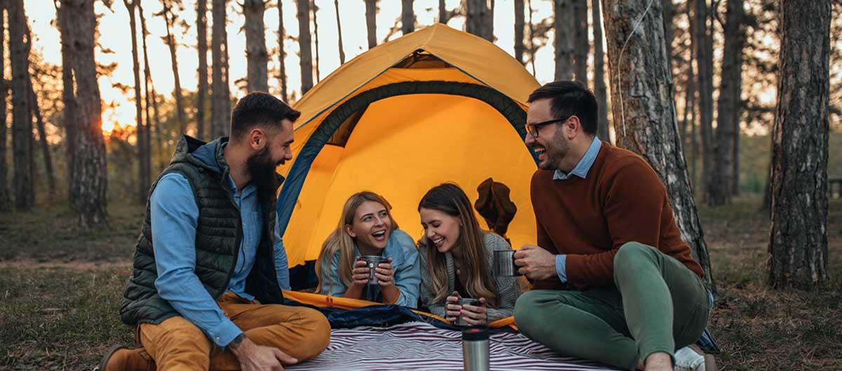 huttopia les avis image principale groupe amis en train de camper