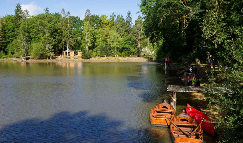 huttopia vacances avec enfants en villages faire de la barque a senonches sur le lac